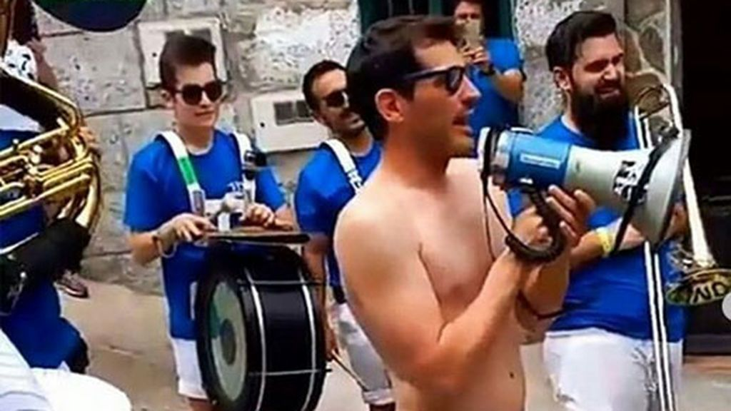 La juerga de Casillas en Navalacruz: semidesnudo y dándolo todo con la charanga