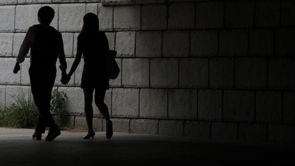 Mantuvo sexo con su padre para evitar que se casase con su prometida