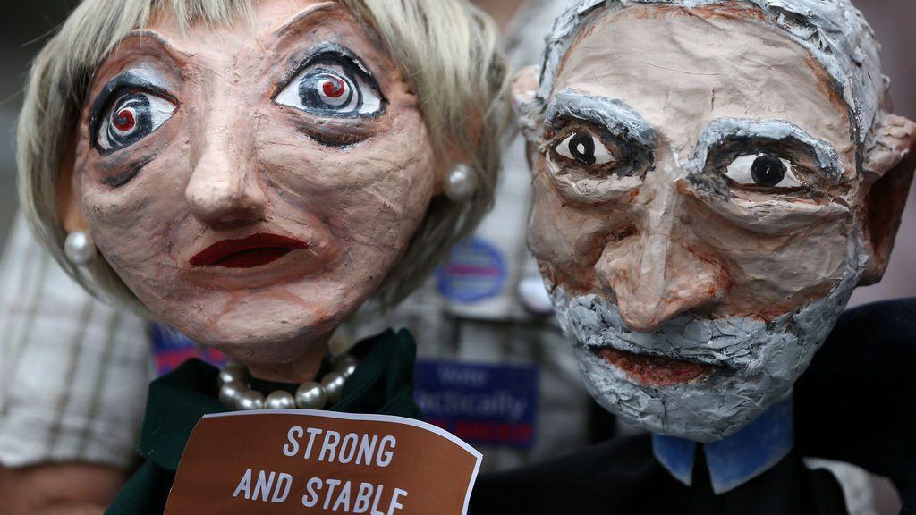 Títeres de los líderes de partidos británicos durante una protesta por las restricciones a la BBC