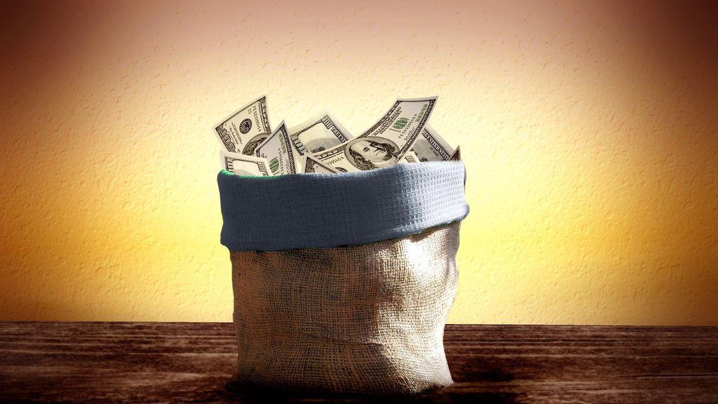 Encuentra una bolsa con dinero, localiza a su dueña y salva la vida de una niña con leucemia