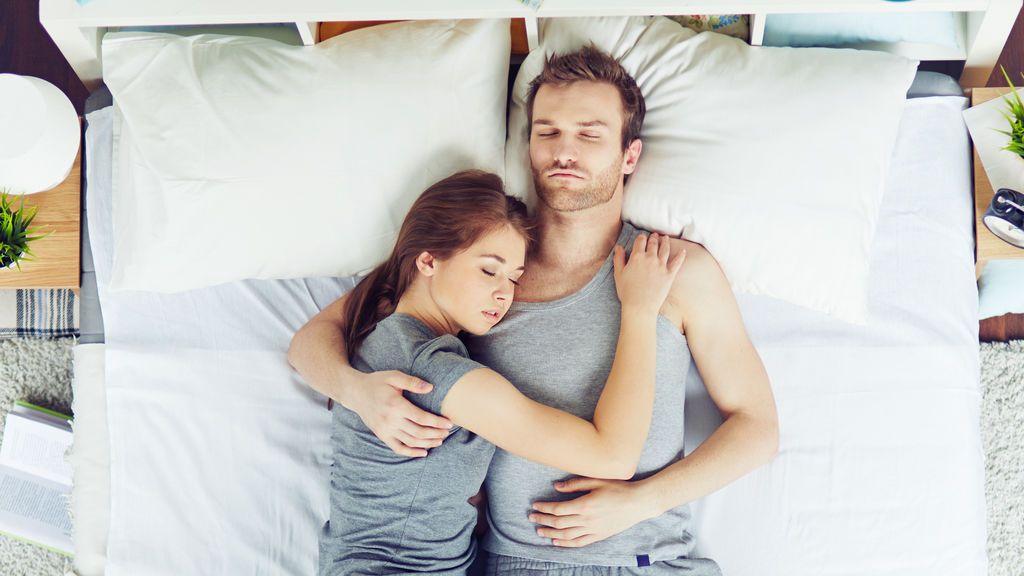 La posición en la que duermes con tu pareja desvela mucho de sobre tu relación
