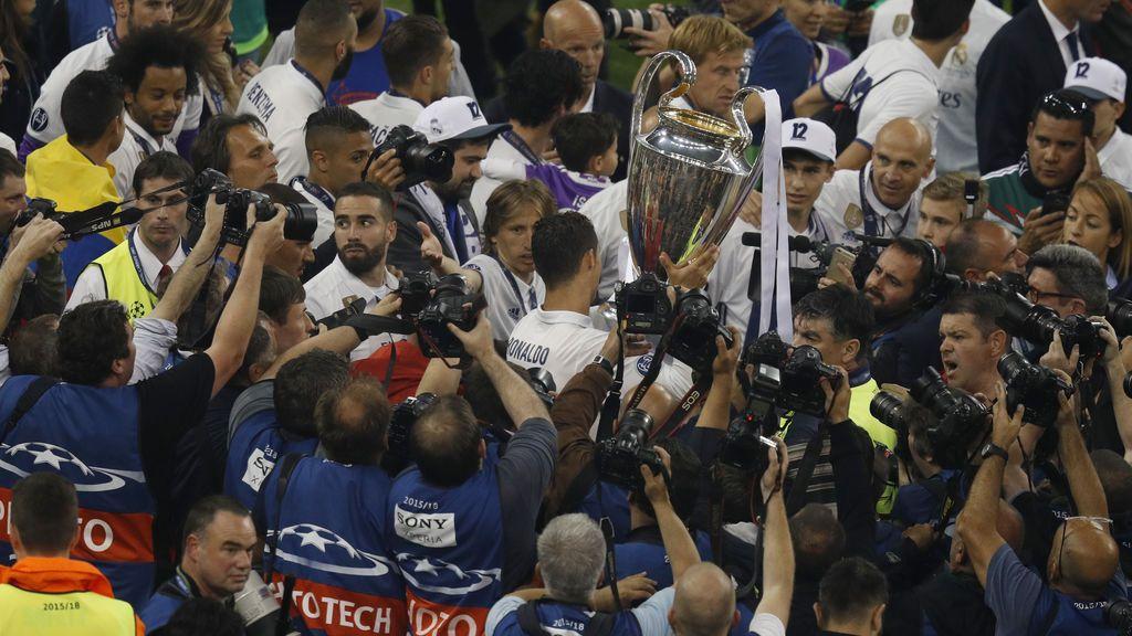 ¡Desorganización total! Jugadores a golpes con fotógrafos en la celebración de Champions