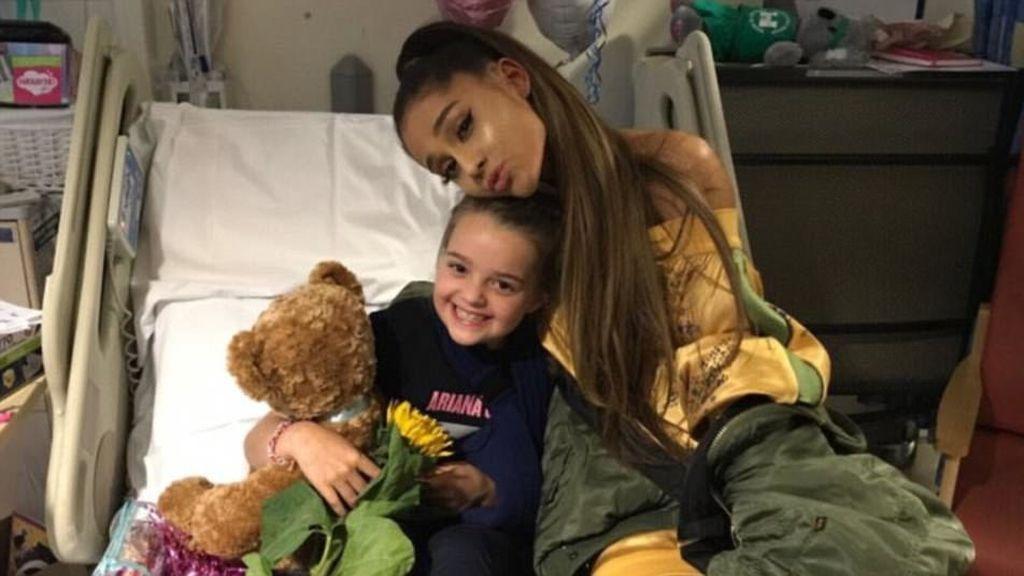 Ariana Grande visita a las víctimas del atentado de Manchester en el hospital
