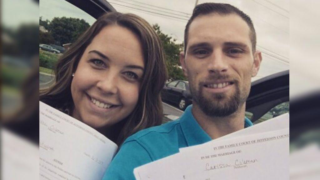 Parejas felices al salir del juzgado marcan una nueva tendencia en redes, el 'Divorce Selfie'