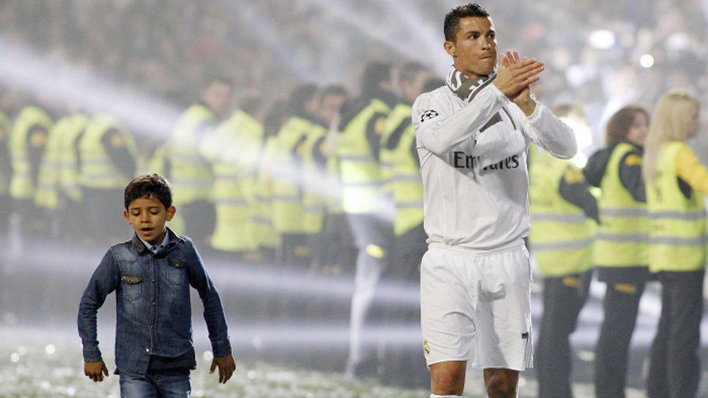 ¡Igualito que su padre! Cristiano Jr. violvió loco al Bernabéu con este golazo