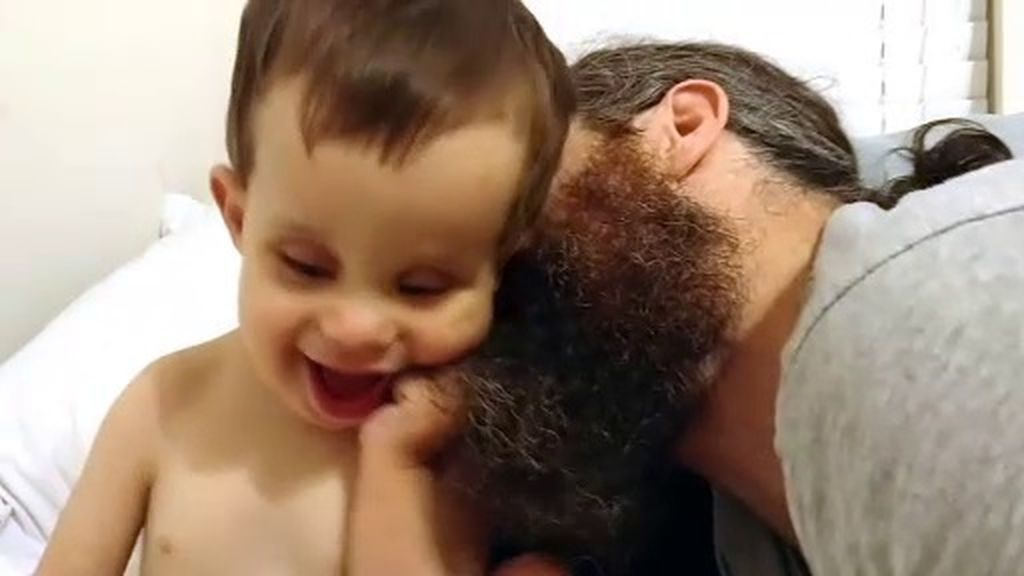 La barba de su padre, el mejor refugio para este pequeño sordociego