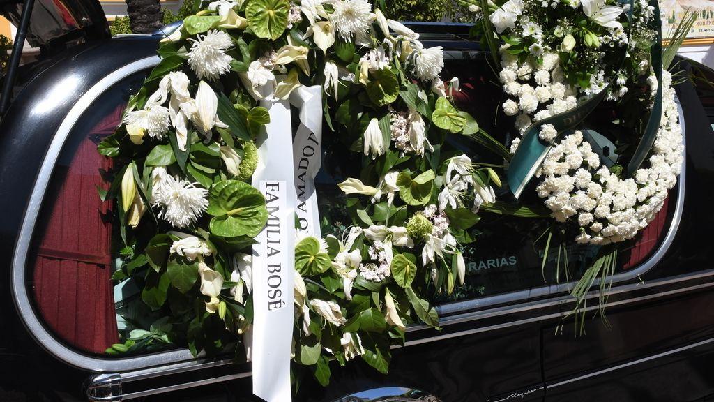 La madre de David Delfín, junto a su familia y rota de dolor en el funeral de su hijo