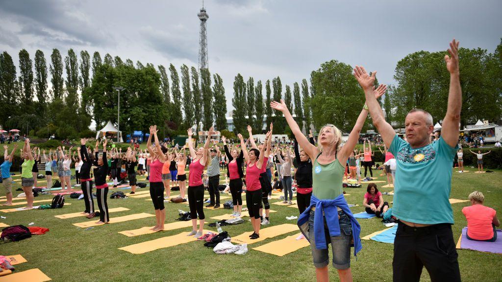 Yoga en un parque de en Berlín, Alemania