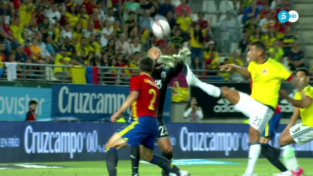 ¡La jugada tonta de la defensa de España! Azpilicueta, Piqué y Reina no se entienden y Cardona es más listo