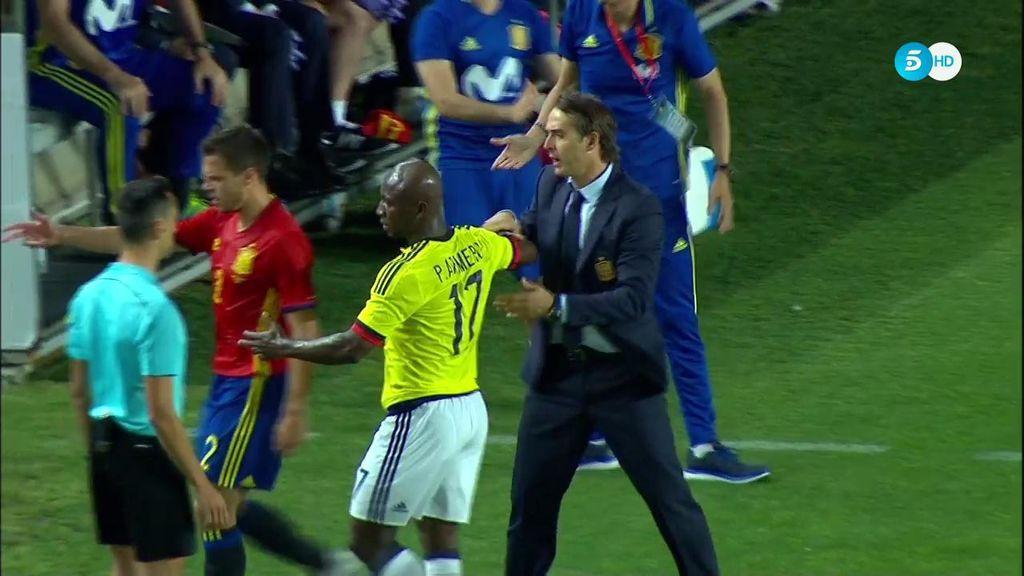 ¿Amistoso? Colombia pega duro y Lopetegui agarra a un jugador en la banda para pedirle calma