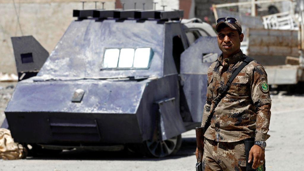 El Ejército iraquí posa ante un 'carro armado' fabricado y usado por el Daesh