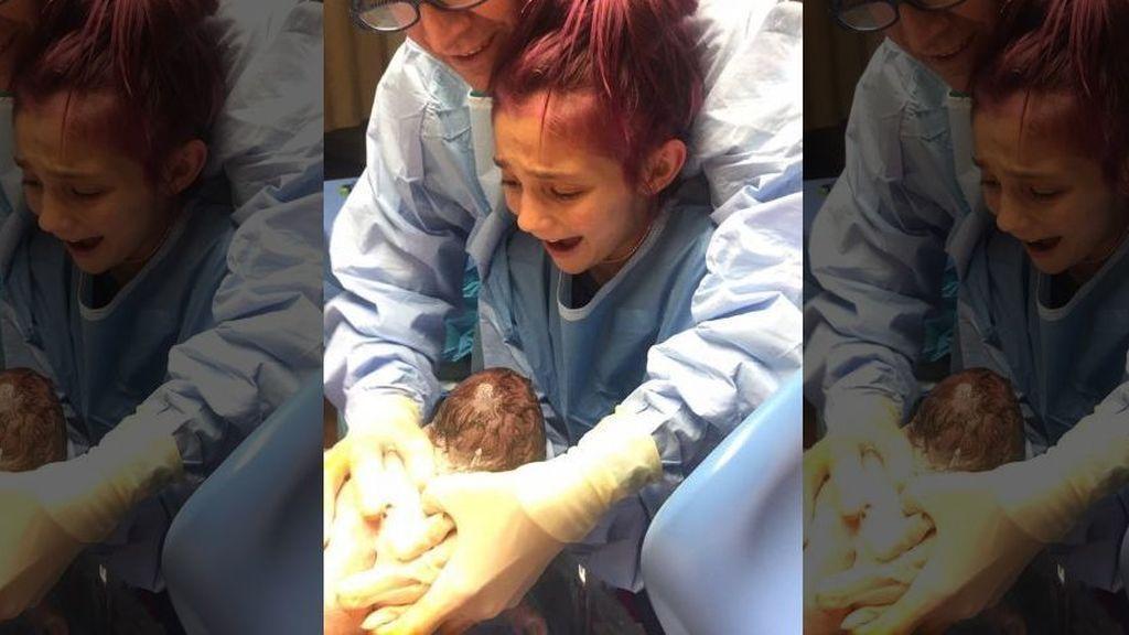 Con 12 años ayuda a nacer a su hermano