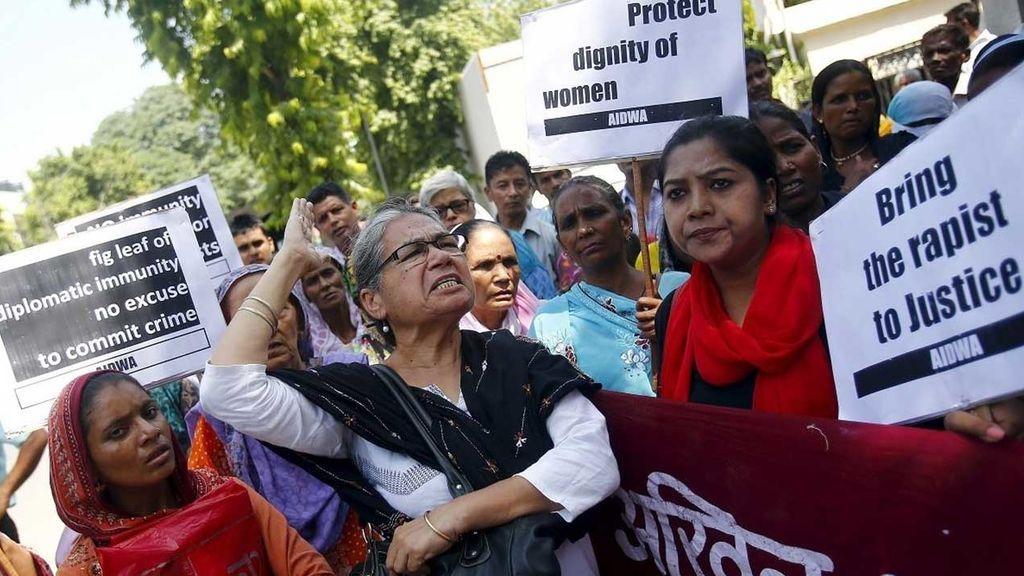 Tres hombres violan a una mujer en un taxi en la India y matan a su bebé