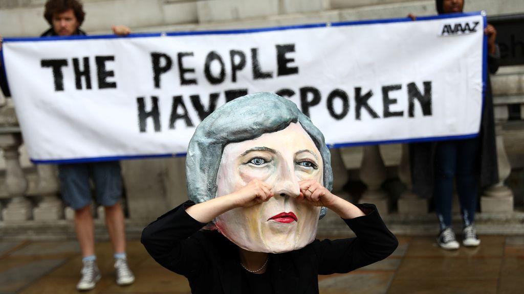 Burlas en Reino Unido Theresa May por los resultados obtenidos en las elecciones