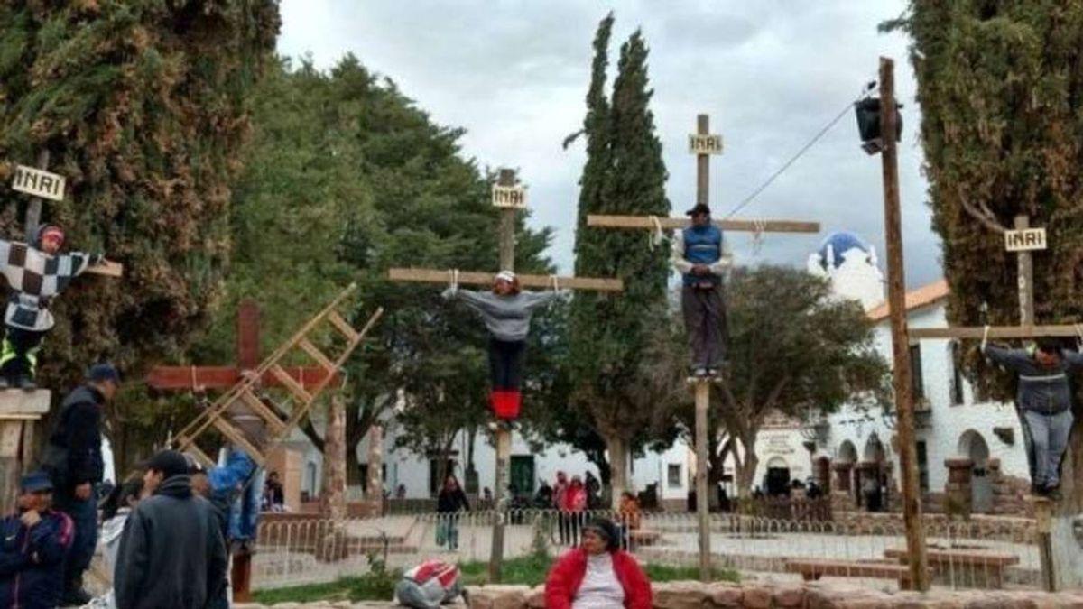 Crucifican a un niño de nueve años para pedir la paz en el mundo