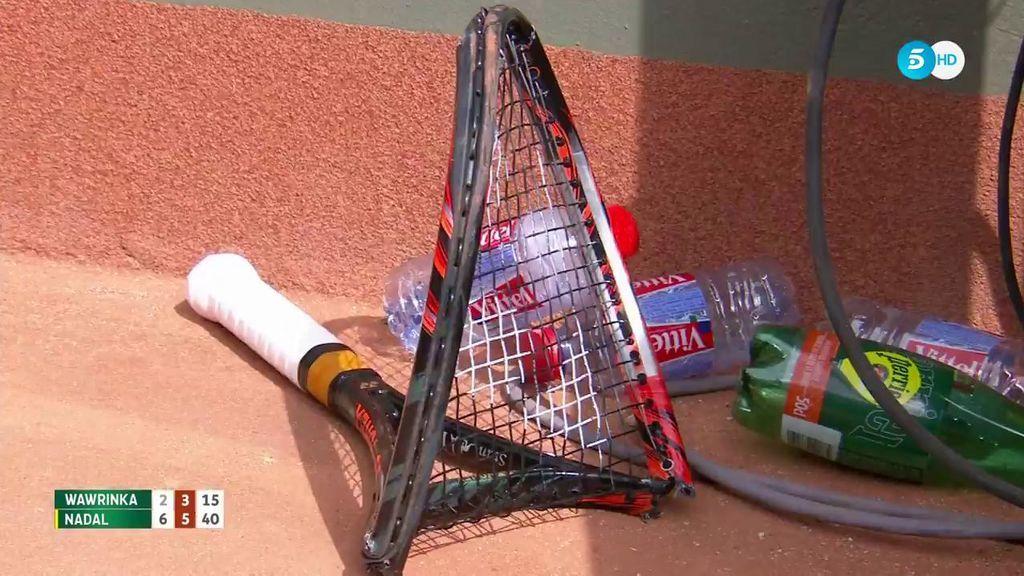 ¡Qué desesperación! Wawrinka estampa la raqueta contra el suelo y la rompe con la rodilla