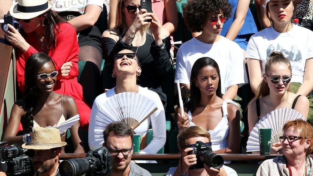 ¡Protagonista en la grada! El desparpajo de Bella Hadid (y su abanico) arrasa en Roland Garros