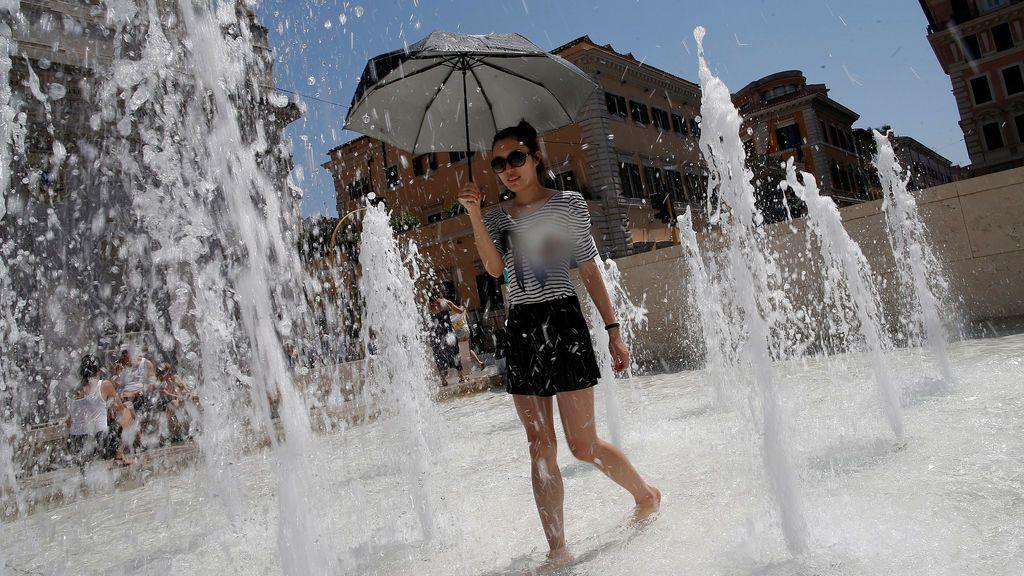 Se refresca en una fuente de Roma