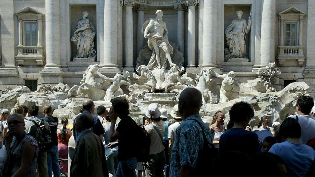 Multas de hasta 240 euros a quienes coman o se bañen en la Fontana di Trevi