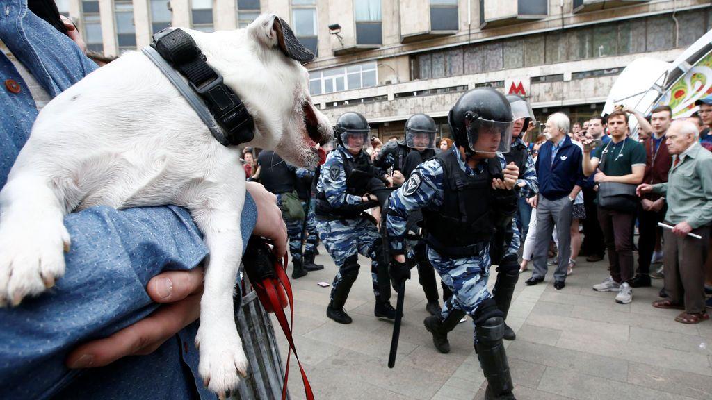 La policía antidisturbios en una manifestación contra la corrupción en Moscú