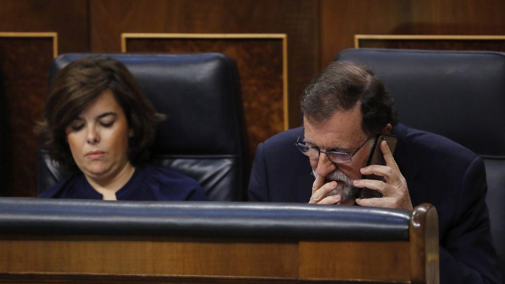 Una conversación telefónica de Rajoy durante la intervención de Montero