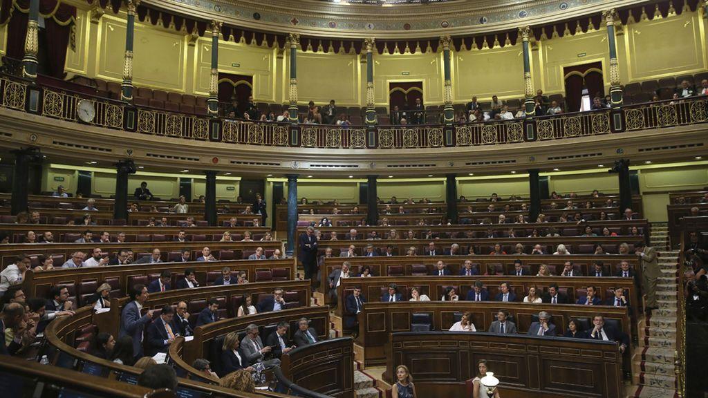 Los políticos, en sus asientos en el Congreso durante la moción a Rajoy
