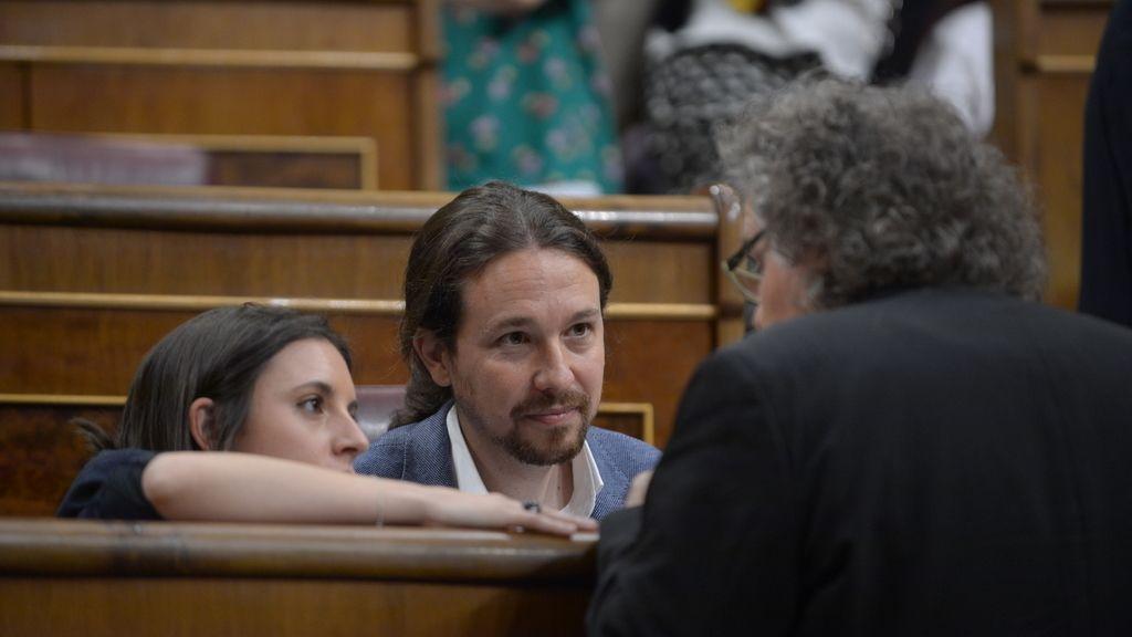 Joan Tardà charla con Pablo Iglesias e Irene Montero