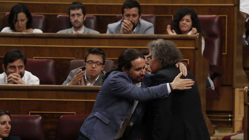Pablo Iglesias abraza a Joan Tardá