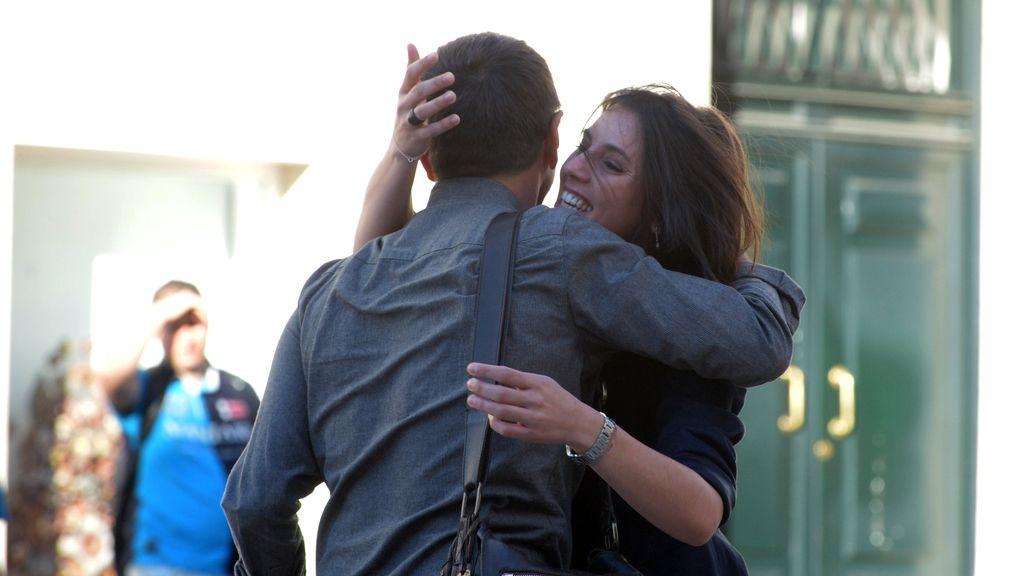 Irene Montero abraza a Juan Carlos Monedero antes del inicio de la moción