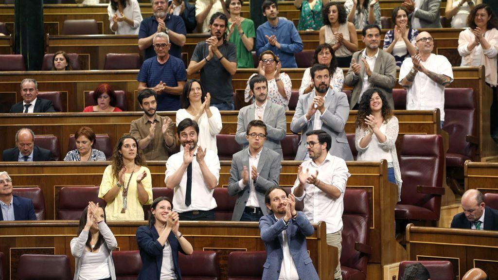 Los diputados de Podemos aplauden al cierre de la sesión