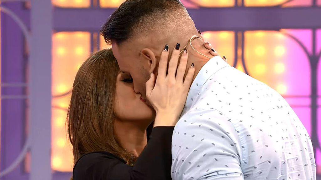 Fabio se besa apasionadamente con Chaxi en plató y sus chicas no lo creen
