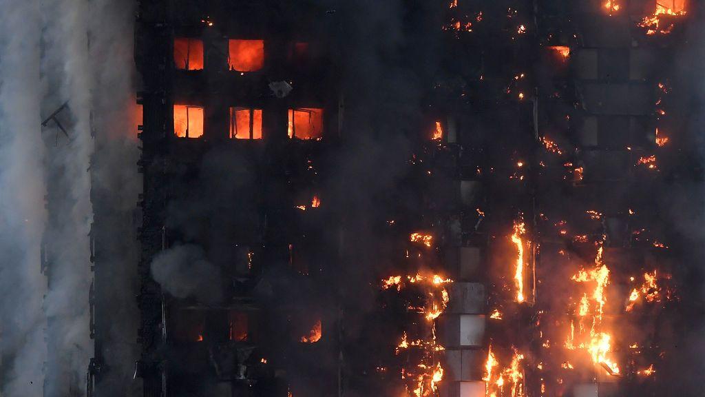 Tira a su bebé desde un 10º piso para salvarle del incendio en la torre de Londres