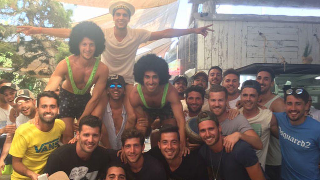 ¡Locura en Ibiza! La Masía se va de fiesta para celebrar la despedida de soltero de Bartra, Muniesa y Balliu