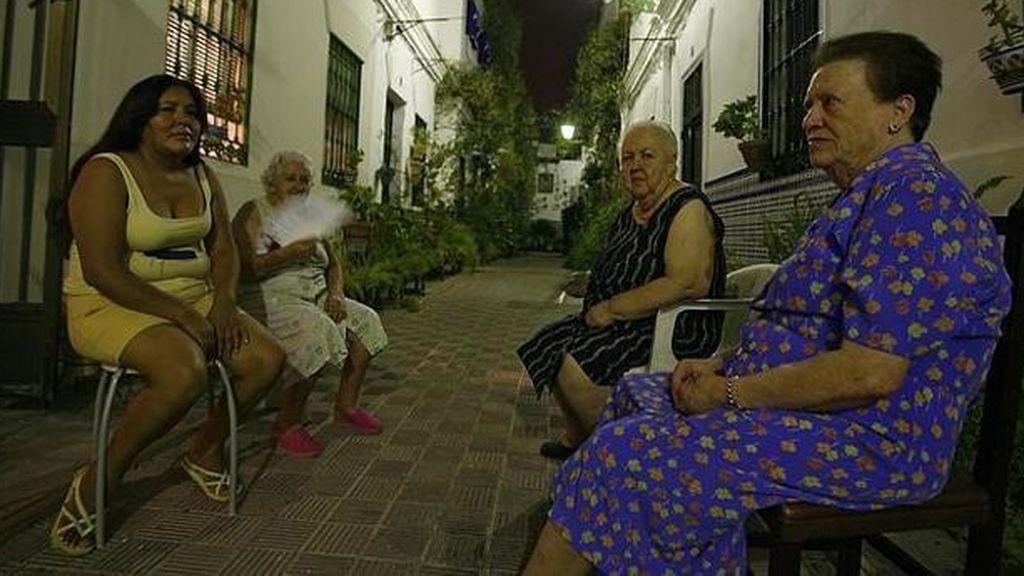 Mujeres tomando el fresco