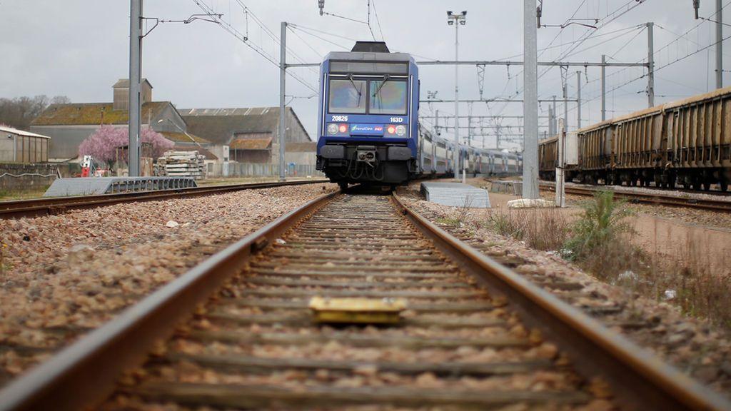 Ata a su exmujer a las vías del tren para que sea atropellada junto a él