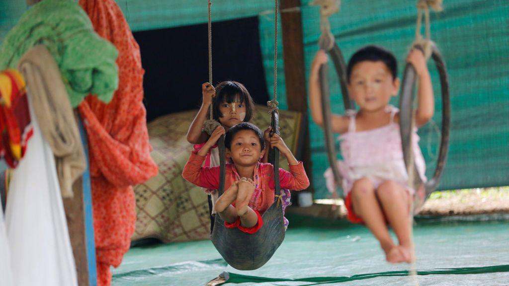 Niños desplazados en el conflicto entre el Ejército de Independencia de Kachin (KIA) y los militares de Myanmar