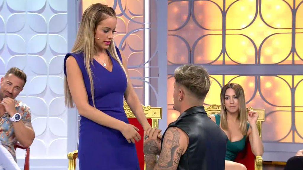 ¡Christian se pone de rodillas y le pide a Marta que lo deje todo por él!