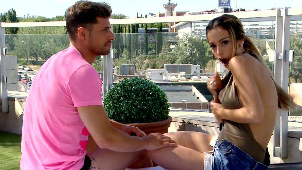El escote se la juega a Marta... ¡que lo enseña todo!
