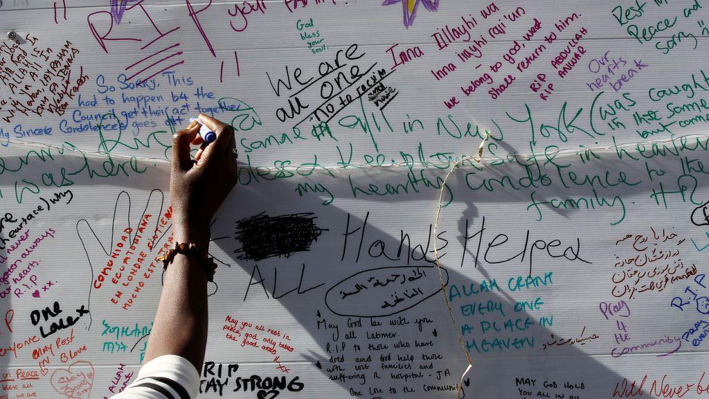 Mensajes en honor a las víctimas del incendio en la Torre Grenfell de Londres