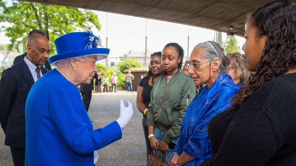 La reina Isabel II visita a los afectados del incendio de Londres