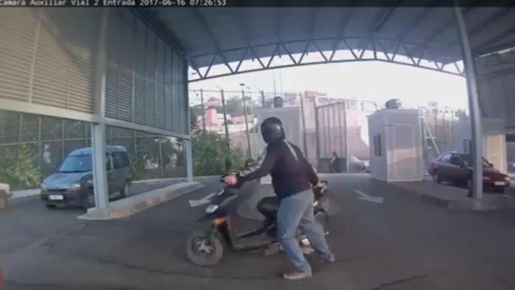 Un coche con nueve inmigrantes hiere a dos agentes al entrar en Melilla
