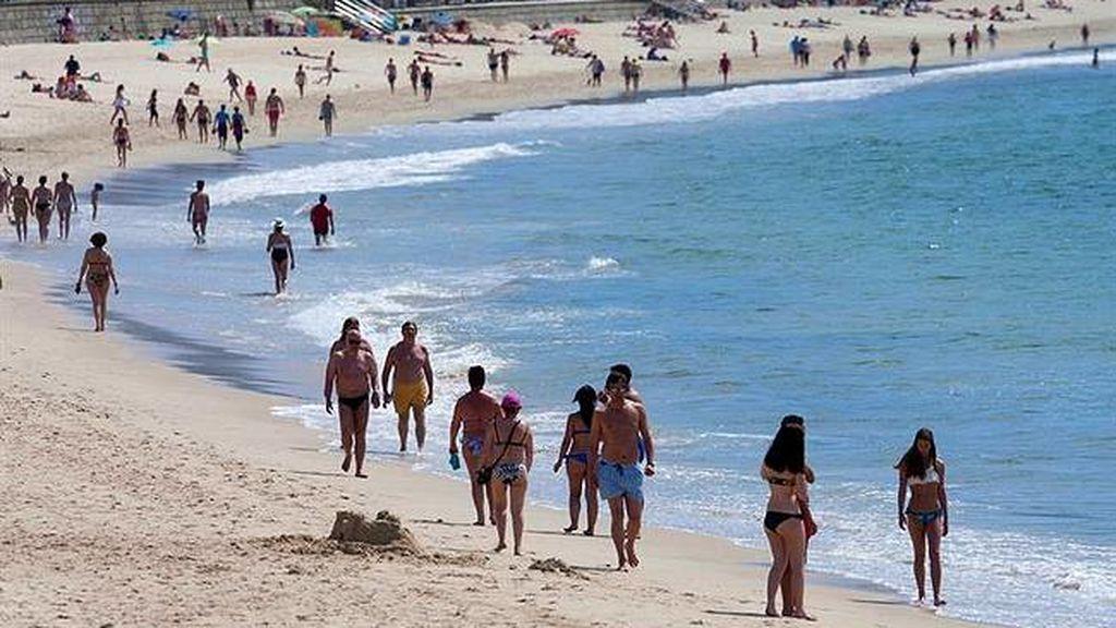 Prohíben el baño en la playa de Samil (Vigo) por un vertido de chapapote de 300 metros