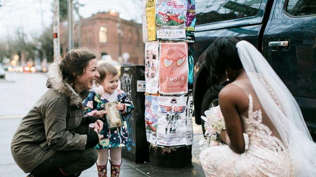 Una niña confunde a una novia con la princesa de su cuento favorito