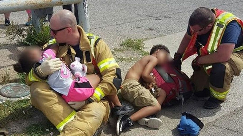 Emocionante imagen de dos bomberos consolando a dos niños tras un accidente
