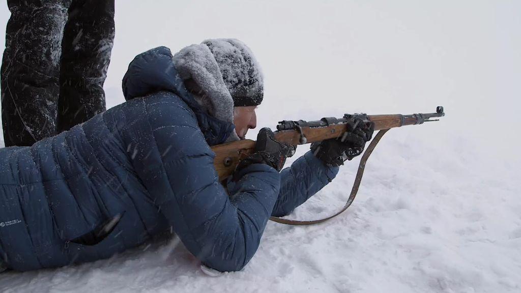 Calleja practica el tiro para defenderse de los osos y Mercedes Milá se niega a coger un arma
