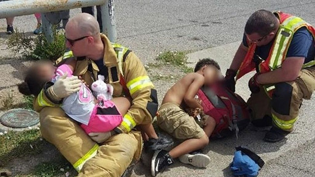 """Emocionante imagen de dos bomberos consolando a dos niños tras un accidente de coche: """"Es lo que hacemos"""""""
