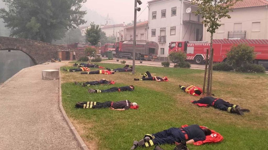 La extenuación hace mella en los bomberos portugueses