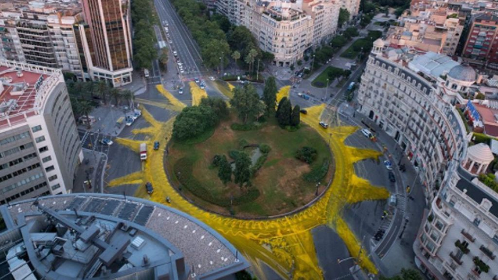 Amarillo y eco: Barcelona amanece pintada con un sol gigante