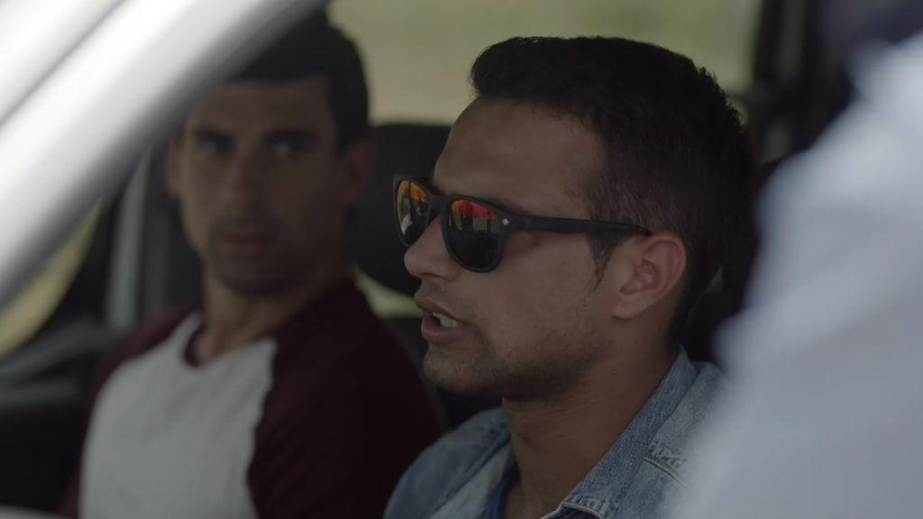 La policía marroquí registra a Rafa y a Alvarito en busca de drogas