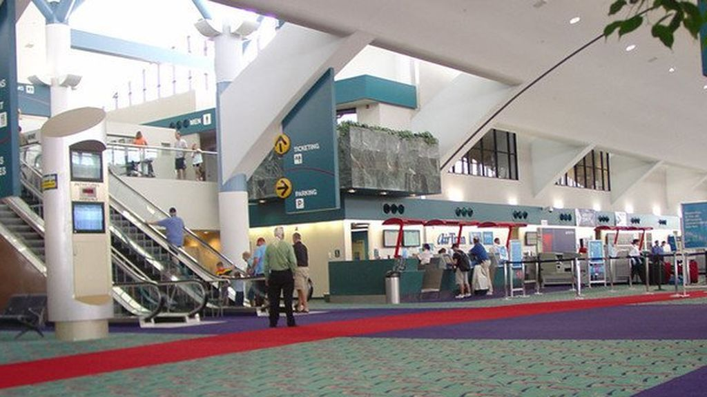 Apuñalado un policía en un aeropuerto de Michigan en un posible ataque terrorista